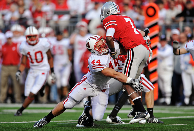 COLUMBUS, OH - OCTOBER 10:  Chris Borland #44 of the Wisconsin Badgers stops Lamaar Thomas #7 of the Ohio State Buckeyes at Ohio Stadium on October 10, 2009 in Columbus, Ohio.  (Photo by Jamie Sabau/Getty Images)