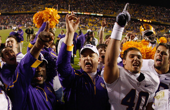 BATON ROUGE, LA - NOVEMBER 28:  Head Coach Les Miles of the LSU Tigers, center, celebrates after defeating the Arkansa Razorbacks 33-30 in overtime at Tiger Stadium on November 28, 2009 in Baton Rouge, Louisiana.  (Photo by Chris Graythen/Getty Images)