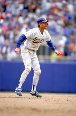 MILWAUKEE - MAY 20:  Robin Yount #19 of the Milwaukee Brewers leads off the base during the game against the Detroit Tigers at County Stadium on May 20, 1993 in Milwaukee, Wisconsin. (Photo by Jonathan Daniel/Getty Images)