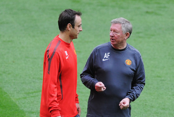 LONDON, ENGLAND - MAY 27:  Sir Alex Ferguson manager of Manchester United (R) talks with Dimitar Berbatov of Manchester United during a Manchester United training session prior to the UEFA Champions League final versus Barcelona at Wembley Stadium on May