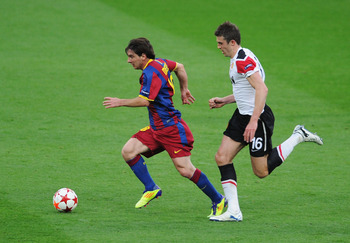 LONDON, ENGLAND - MAY 28:  Lionel Messi of FC Barcelona (L) is chased by Michael Carrick of Manchester United during the UEFA Champions League final between FC Barcelona and Manchester United FC at Wembley Stadium on May 28, 2011 in London, England.  (Pho