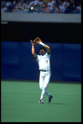 TORONTO BLUE JAYS INFIELDER ROBERTO ALOMAR MAKES A CATCH IN THE OUTFIELD DURING THE BLUE JAYS GAME AT THE SKYDOME IN TORONTO, CANADA. MANDATORY CREDIT: RICK STEWART/ALLSPOR