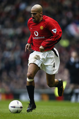 MANCHESTER - JANUARY 26:  Juan Sebastian Veron of Manchester United runs with the ball during the FA Cup fourth round match between Manchester United and West Ham United held on January 26, 2003 at Old Trafford, in Manchester, England. Manchester United w