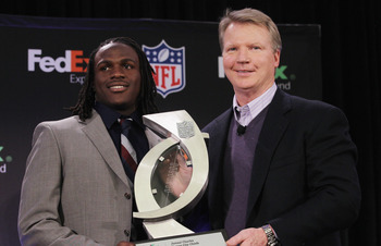 DALLAS, TX - FEBRUARY 02:  Jamaal Charles of the Kansas City Chiefs (L), winner of the FedEx Ground NFL Player of the Year, poses with New York Giants legend Phil Simms at the Super Bowl XLV media center on February 2, 2011 in Dallas, Texas.  (Photo by Ro