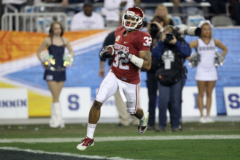 GLENDALE, AZ - JANUARY 01:  Jamell Fleming #32 of the Oklahoma Sooners scores a touchdown on an interception return against the Connecticut Huskies during the Tostitos Fiesta Bowl at the Universtity of Phoenix Stadium on January 1, 2011 in Glendale, Arizo
