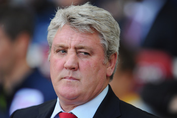LONDON, ENGLAND - MAY 22:  Sunderland manager Steve Bruce looks on during the Barclays Premier League match between West Ham United and Sunderland at Boleyn Ground on May 22, 2011 in London, England.  (Photo by Mike Hewitt/Getty Images)