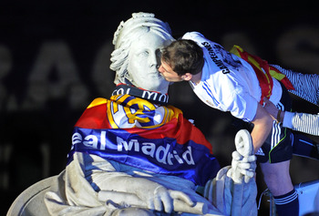 MADRID, SPAIN - APRIL 21: Iker Casillas of Real Madrid kisses the Cibeles statue on April 21, 2011 in Madrid, Spain. Real beat Barcelona 1-0 in the Copa del Rey final in Valencia's Mestalla stadium on April 20.  (Photo by Denis Doyle/Getty Images)
