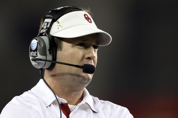 GLENDALE, AZ - JANUARY 01:  Head coach Bob Stoops looks on while taking on the Connecticut Huskies during the Tostitos Fiesta Bowl at the Universtity of Phoenix Stadium on January 1, 2011 in Glendale, Arizona.  (Photo by Christian Petersen/Getty Images)