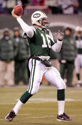 EAST RUTHERFORD, NJ - DECEMBER 26:  Vinny Testaverde #16 of the New York Jets throws a pass against the New England Patriots during the game on December 26, 2005 at Giants Stadium in East Rutherford, New Jersey. The Patriots defeated the Jets 31-21.  (Pho