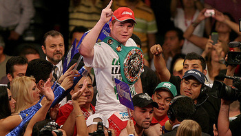 Saul-alvarez-on-shoulders_display_image
