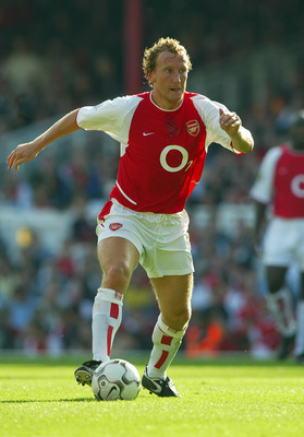 LONDON - 21 SEPTEMBER:  Ray Parlour of Arsenal on the ball during the FA Barclaycard Premiership match between Arsenal and Bolton Wanderers at Highbury in London on September 21, 2002. Arsenal won 2-1. (photo By Ben Radford/Getty Images)