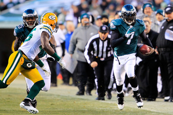 PHILADELPHIA, PA - JANUARY 09:  Michael Vick #7 of the Philadelphia Eagles runs the ball against the Green Bay Packers during the 2011 NFC wild card playoff game at Lincoln Financial Field on January 9, 2011 in Philadelphia, Pennsylvania.  (Photo by Chris
