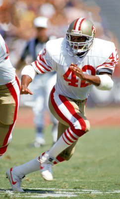 SAN FRANCISCO - 1989:  Defenseman Ronnie Lott #42 of the San Francisco 49ers follows the offense during a game at Candlestick Park during the 1989 NFL season in San Francisco, California.  (Photo by Stephen Dunn/Getty Images)