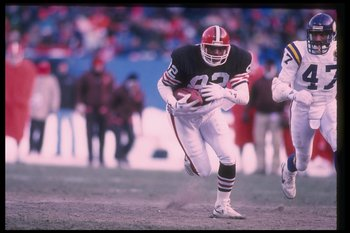 17 Dec 1989:  Tight end Ozzie Newsome of the Cleveland Browns runs with the ball as a Minnesota Vikings player chases him during a game at Cleveland Stadium in Cleveland, Ohio.  The Browns won the game, 23-17. Mandatory Credit: Rick Stewart  /Allsport