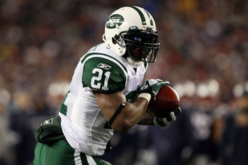FOXBORO, MA - JANUARY 16:  LaDainian Tomlinson #21 of the New York Jets runs for a touchdown during their 2011 AFC divisional playoff game against the New England Patriots at Gillette Stadium on January 16, 2011 in Foxboro, Massachusetts.  (Photo by Elsa/