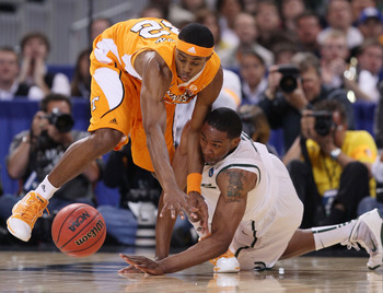 ST. LOUIS - MARCH 28:  Scotty Hopson #32 of the Tennessee Volunteers and Delvon Roe #10 of the Michigan State Spartans scramble for the loose ball during the midwest regional final of the 2010 NCAA men's basketball tournament at the Edward Jones Dome on M