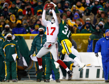 GREEN BAY, WI - JANUARY 20:  Wide receiver Plaxico Burress #17 of the New York Giants catches a 32 yard reception over Al Harris #31 of the Green Bay Packers during the second quarter of the NFC championship game on January 20, 2008 at Lambeau Field in Gr