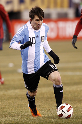 EAST RUTHERFORD, NJ - MARCH 26:  Lionel Messi #10 of Argentina plays during the first half of a friendly match against the United States at New Meadowlands Stadium on March 26, 2011 in East Rutherford, New Jersey.  (Photo by Jeff Zelevansky/Getty Images)