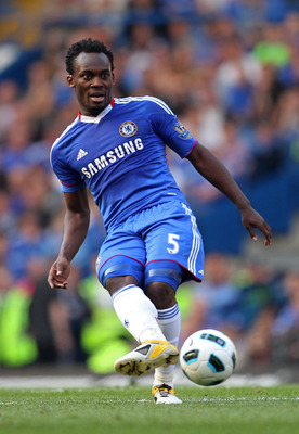 LONDON, ENGLAND - APRIL 30:  Michael Essien of Chelsea passes the ball during the Barclays Premier League match between Chelsea and Tottenham Hotspur at Stamford Bridge on April 30, 2011 in London, England.  (Photo by Scott Heavey/Getty Images)