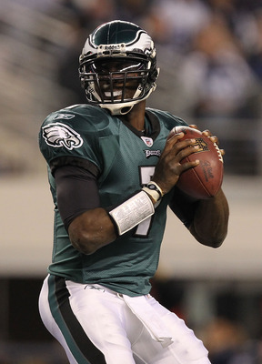 ARLINGTON, TX - DECEMBER 12:  Quarterback Michael Vick #7 of the Philadelphia Eagles at Cowboys Stadium on December 12, 2010 in Arlington, Texas.  (Photo by Ronald Martinez/Getty Images)