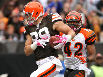 CLEVELAND - OCTOBER 03:   Tight end Evan Moore #89 of the Cleveland Browns catches a touchdown pass in front of safety Chris Crocker #42 of the Cincinnati Bengals at Cleveland Browns Stadium on October 3, 2010 in Cleveland, Ohio.  (Photo by Matt Sullivan/