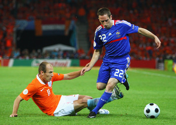 BERNE, SWITZERLAND - JUNE 13: Arjen Robben of Netherlands challenges Franck Ribery of France during the UEFA EURO 2008 Group C match between Netherlands and France at Stade de Suisse Wankdorf on June 13, 2008 in Berne, Switzerland.  (Photo by Phil Cole/Ge