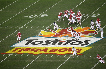 GLENDALE, AZ - JANUARY 01:  Landry Jones #12 of the Oklahoma Sooners looks to throw the ball in the first half against the Connecticut Huskies during the Tostitos Fiesta Bowl at the Universtity of Phoenix Stadium on January 1, 2011 in Glendale, Arizona.