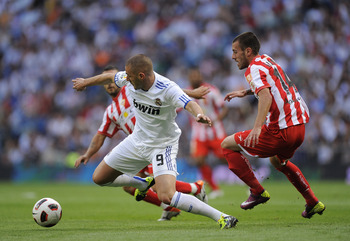MADRID, SPAIN - MAY 21: Karim Benzema (L) of Real Madrid is chased by Rigo of UD Almeria during the La Liga match between Real Madrid and UD Almeria at Estadio Santiago Bernabeu on May 21, 2011 in Madrid, Spain.  (Photo by Denis Doyle/Getty Images)