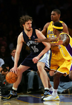 LOS ANGELES, CA - MARCH 27:   Pau Gasol #16 of the Memphis Grizzlies drives against Andrew Bynum #17 and Shammond Williams #3 of the Los Angeles Lakers at Staples Center on March 27, 2007 in Los Angeles, California.  NOTE TO USER: User expressly acknowled