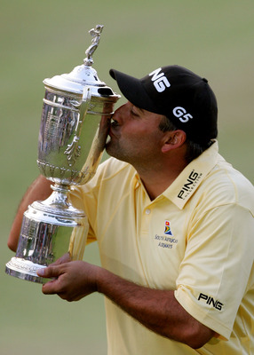 OAKMONT, PA - JUNE 17:  Angel Cabrera of Argentina kisses the trophy as he celebrates his one-stroke victory at the 107th U.S. Open Championship at Oakmont Country Club on June 17, 2007 in Oakmont, Pennsylvania.  (Photo by Donald Miralle/Getty Images)