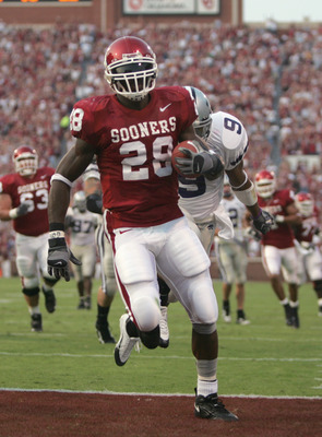 NORMAN, OK - OCTOBER 1: Adrian Peterson #28 the Oklahoma Sooners makes a touchdown during the game against the Kansas State Wildcats on October 1, 2005 at Memorial Stadium in Norman, Oklahoma. The Sooners won 43-21. (Photo by Ronald Martinez/Getty Images)