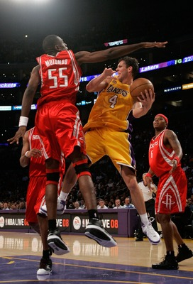 LOS ANGELES, CA - OCTOBER 30:  Luke Walton #4 of the Los Angeles Lakers looks to pass against Dikembe Mutombo #55 of the Houston Rockets during a game at Staples Center on October 30, 2007 in Los Angeles, California. NOTE TO USER: User expressly acknowled