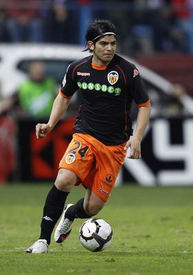MADRID, SPAIN - FEBRUARY 28:  Ever Banega of Valencia in action during the La Liga match between Atletico Madrid and Valencia at Vicente Calderon Stadium on February 28, 2010 in Madrid, Spain.  (Photo by Angel Martinez/Getty Images)