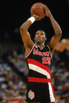 1989:  Jerome Kersey #25 of the Portland Trail Blazers shoots a free throw during the 1988-1989 NBA season game.  (Photo by Stephen Dunn/Getty Images)