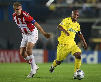 VILLARREAL, SPAIN - OCTOBER 21:  Marcos Senna (R) of Villarreal duels for the ball with Thomas Augustinussen of Aalborg during the UEFA Champions League Group E match between Villarreal and Aalborg at the El Madrigal stadium on October 21, 2008 in Villarr