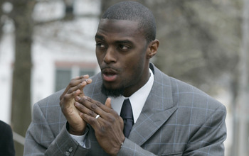 LEBANON - JANUARY 14: New York Giants wide receiver Plaxico Burress warms his hands as he arrives at the Lebanon County Courthouse January 14, 2009 in Lebanon, Pa.  Burress is scheduled to appear in a civil trial in a dispute with an automobile dealer ove