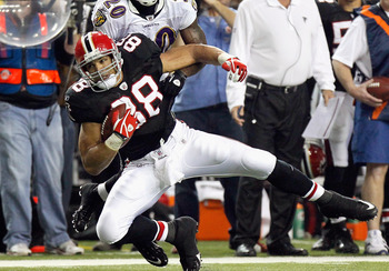 ATLANTA - NOVEMBER 11:  Tony Gonzalez #88 of the Atlanta Falcons pulls in this reception against Ed Reed #20 of the Baltimore Ravens at Georgia Dome on November 11, 2010 in Atlanta, Georgia.  (Photo by Kevin C. Cox/Getty Images)