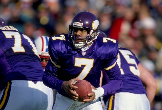 26 Dec 1998: Quarterback Randall Cunningham #7 of the Minnesota Vikings steps back after the snap during the game against the Tennessee Oilers at Vanderbilt Stadium in Nashville, Tennessee. The Vikings defeated the Oilers 26-10.