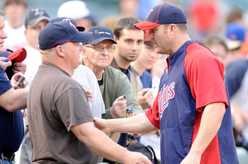 BALTIMORE, MD - APRIL 18:  Jim Thome #25 of the Minnesota Twins talks with fans before the game against the Baltimore Orioles at Oriole Park at Camden Yards on April 18, 2011 in Baltimore, Maryland.  (Photo by Greg Fiume/Getty Images)