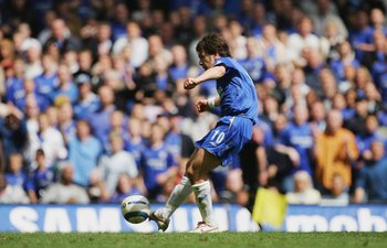 LONDON - APRIL 29:  Joe Cole of Chelsea scores the second goal during the Barclays Premiership match between Chelsea and Manchester United at Stamford Bridge on April 29, 2006 in London, England.  (Photo by Mike Hewitt/Getty Images)