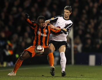 LONDON, ENGLAND - FEBRUARY 18:  Willian of Donetsk battles with Chris Baird of Fulham during the UEFA Europa League 1st leg match between Fulham and Shakhtar Donetsk at Craven Cottage on February 18, 2010 in London, England.  (Photo by Julian Finney/Getty
