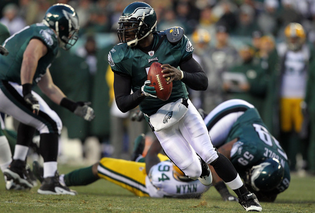 PHILADELPHIA, PA - JANUARY 09:  Michael Vick #7 of the Philadelphia Eagles scrambles with the ball against the Green Bay Packers in the 2011 NFC wild card playoff game at Lincoln Financial Field on January 9, 2011 in Philadelphia, Pennsylvania.  (Photo by