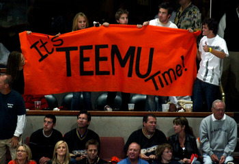 ANAHEIM, CA - JUNE 06:  Fans of  Teemu Selanne of the Anaheim Ducks hold a sign in celebration of the Ducks' victory over the Ottawa Senators 6-2 during Game Five of the n June 6, 2007 at Honda Center in Anaheim, California.  (Photo by Bruce Bennett/Getty