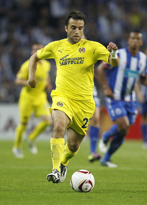 PORTO, PORTUGAL - APRIL 28: Giuseppe Rossi of Villarreal in action during the UEFA Europa League semi final first leg match between FC Porto and Villarreal at Estadio do Dragao on April 28, 2011 in Porto, Portugal. (Photo by Angel Martinez/Getty Images)