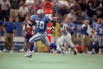 28 Sep 1997:  Running back Barry Sanders #20 of the Detroit Lions carries the football during the Lions 26-15 win over the Green Bay Packers at the Pontiac Silverdome in Pontiac, Michigan. Mandatory Credit: Matthew Stockman  /Allsport