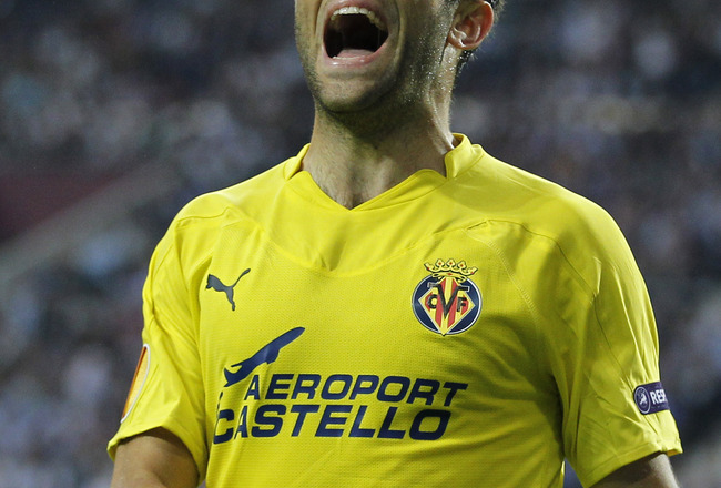 PORTO, PORTUGAL - APRIL 28: Giuseppe Rossi of Villarreal reacts during the UEFA Europa League semi final first leg match between FC Porto and Villarreal at Estadio do Dragao on April 28, 2011 in Porto, Portugal. (Photo by Angel Martinez/Getty Images)