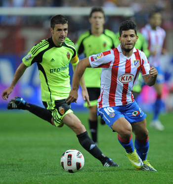MADRID, SPAIN - SEPTEMBER 26:  Sergio Aguero (R) of Atletico Madrid in action during the La Liga match between Atletico Madrid and Real Zaragoza at the Vicente Calderon stadium on September 26, 2010 in Madrid, Spain.  (Photo by Denis Doyle/Getty Images)