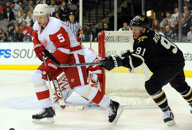 DALLAS - JANUARY 12:  Defenseman Nicklas Lidstrom #5 of the Detroit Red Wings skates the puck past Brad Richards #91 of the Dallas Stars at the American Airlines Center on January 12, 2009 in Dallas, Texas.  (Photo by Ronald Martinez/Getty Images)
