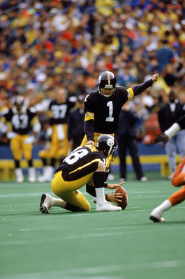 PITTSBURGH ?? OCTOBER 8:  Place kicker Gary Anderson #1 of the Pittsburgh Steelers kicks during a NFL game against the Cincinnati Bengals at Three Rivers Stadium on October 8, 1989 in Pittsburgh, Pennsylvania.  The Bengals defeated the Steelers 26-16.  (P