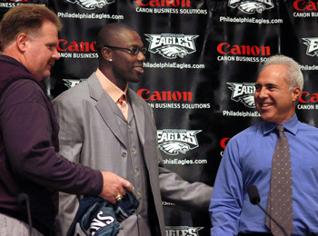 PHILADELPHIA - MARCH 16:  (L-R) Philadelphia Eagles head coach Andy Reid, newly acquired Philadelphia Eagles wide receiver Terrell Owens and Philadelphia Eagles owner Jeffrey Lurie share a laugh after a news conference March 16, 2004 in Philadelphia, Penn